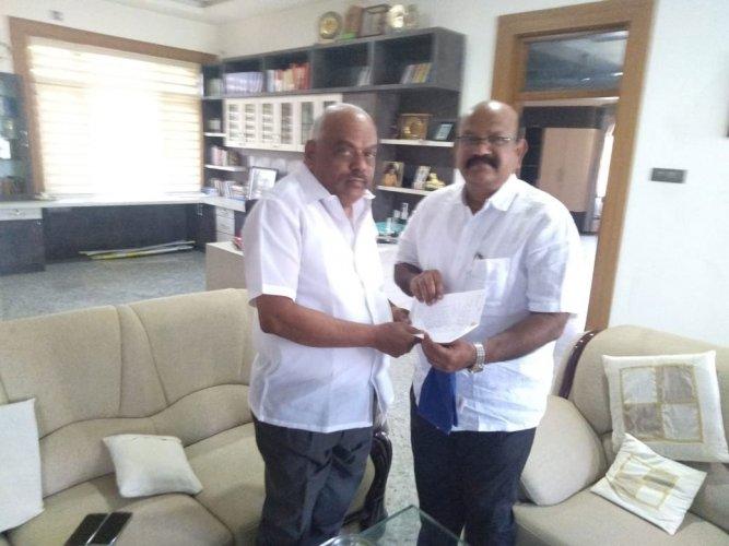 Umesh Jadhav, submitting his resignation to Speaker K R Ramesh Kumar at the latter's residence in Srinivaspura, Kolar on Monday