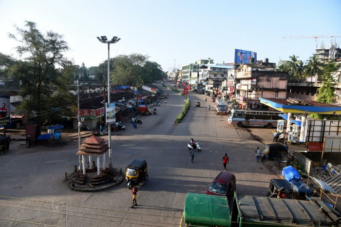 The roads in Mangaluru wears a deserted look with a few private cars, two-wheelers plying. DH photo,