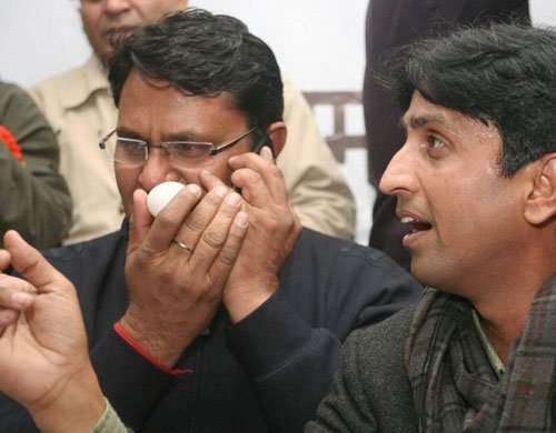 SP worker throws egg at AAP leader