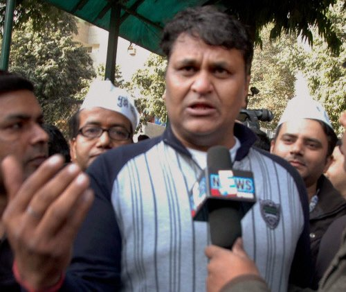 AAP MLA dubs Kejriwal a 'liar', CM hits back