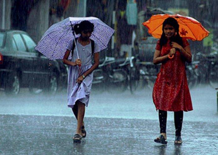 Rain, strong wind lash New Delhi