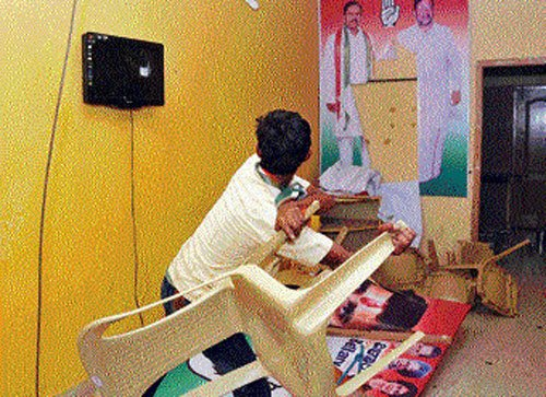 Cong workers ransack party office in Bellary