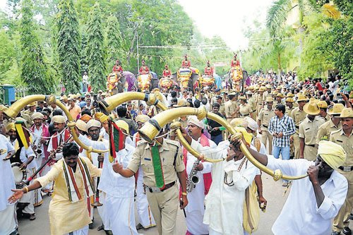 Dasara elephants get traditional welcome in city