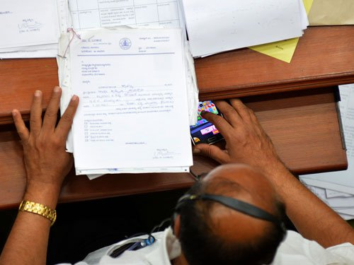 Two BJP MLAs in controversy over mobile phone use in Karnataka Assembly