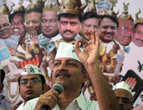 AAP disbands Maha unit; Gandhi says Kejriwal destroying party