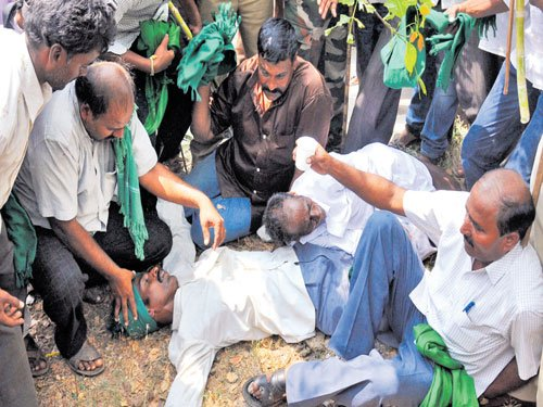 Mysuru: Two farmers take ill as police thwart attempt to besiege CM's residence