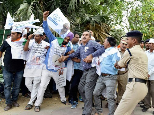 AAP hold rallies against 'BJP-Cong corruption alliance', over 300 detained