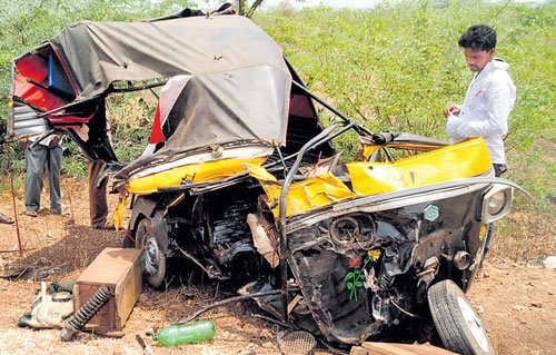 Seven killed in collision between  tipper lorry and auto in Bagalkot