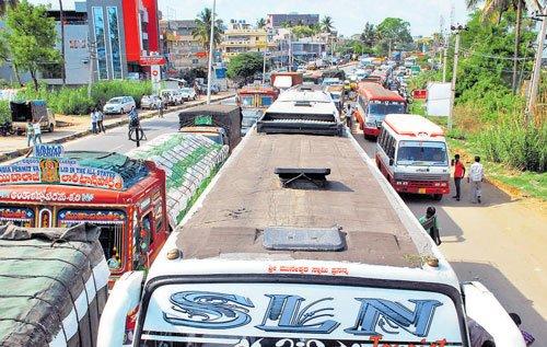 Farmers' protest hits traffic on Bengaluru- Mysuru highway