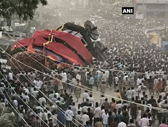 Wooden chariot falls in Bellary; 6 injured