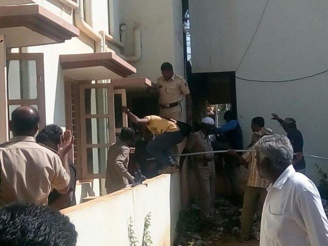 Leopard strays into house in Tumakuru