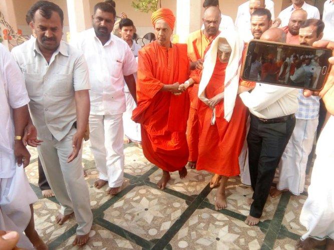 Siddaganga seer discharged from hosp, returns to Mutt