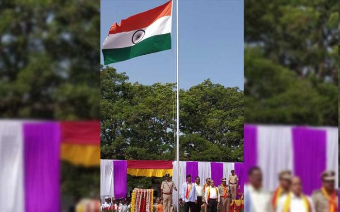 Municipal Administration and District Incharge Minister Ramesh Jarkiholi hoisting the national flag during the Kannada Rajyotsava celebrations in Belagavi on Thursday. (DH Photo)