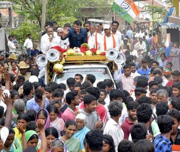 Actor Darshan, Dr Yatindra Siddaramaiah, Dhruvakumar along with others campaigning for Siddaramaiah from Chamundeshwari Assembly Constituency at Chamundeshwari constituency in Mysuru on Saturday. -Photo / DH PV PHOTOS