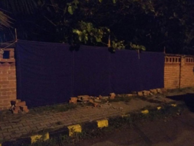 A portion of the wall of the residence of Vipul Kumar, IGP (Southern Range) in Mysuru collapsed after a car crashed against it on Tuesday night. DH Photo