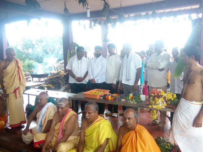 MLA CT Ravi takes part in the 'Parjanya Homa' at BallaleshwaraSwamy Temple near Ayyanakere in Kadur taluk on Sunday.