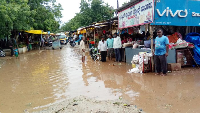 The old vegetable market in Mundaragi town was flooded following heavy rain on Monday. DH Photo
