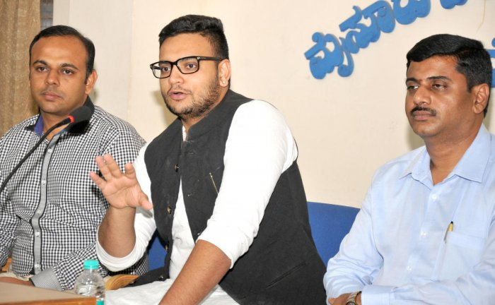 Yaduveer Krishnadatta Chamaraja Wadiyar addresses a media conference, in Mysuru, on Tuesday. M S Harish Shenoy and C A Vishwanath are seen.