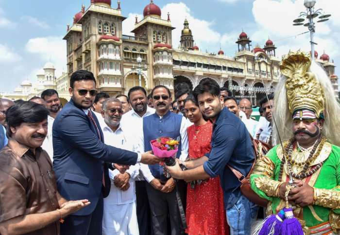 Scion of the erstwhile royal family Yaduveer Krishnadatta Chamaraja Wadiyar greets tourists at the Mysuru Palace, in Mysuru on Thursday. Higher Education Minister G T Devegowda and MLAs S A Ramdas and B Harshavardhan are seen. DH PHOTO