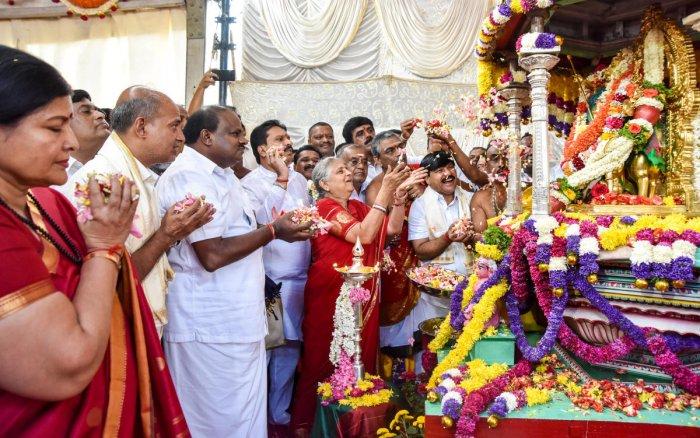 Infosys Foundation chairperson Sudha Murthy offers floral tribute to Chamundeshwari Devi Utsavamurthy as mark of inauguration of Mysuru Dasara-2018, atop Chamundi Hill, in Mysuru, on Wednesday. MP Pratap Simha, MLA L Nagendra, Ministers Jayamala, Sa Ra Mahesh, G T Deve Gowda among others are seen. DH PHOTO