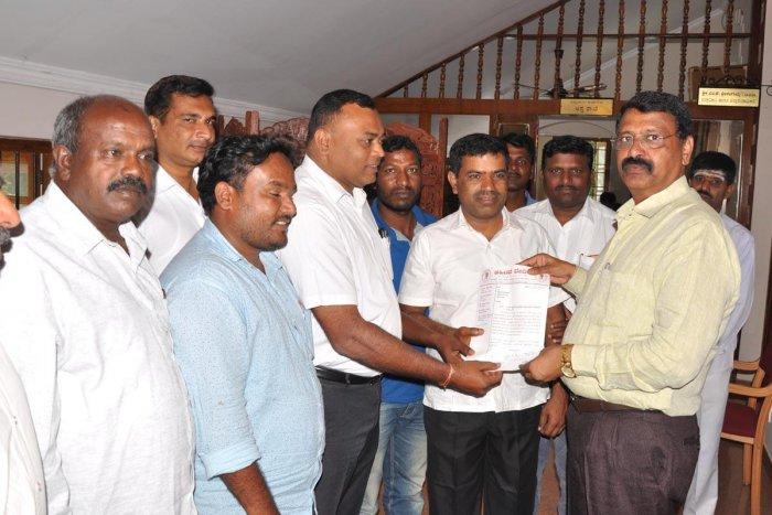 Ahinda members submit a memorandum to DC M K Srirangaiah in Chikkamagaluru on Tuesday.
