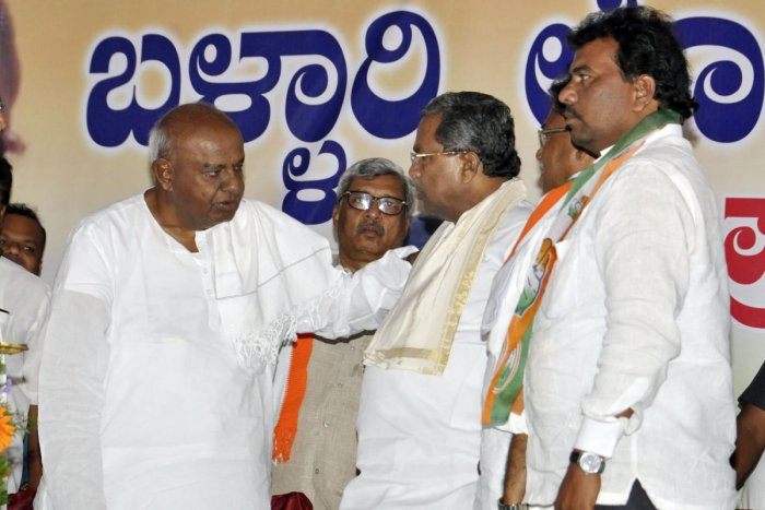 Kicker: JD(S) supremo shares a word with former chief minister Siddaramaiah during the campaigning for V S Ugrappa, the Congress candidate Bellary Lok Sabha bypolls, in Kudligi on Monday. DH Photo