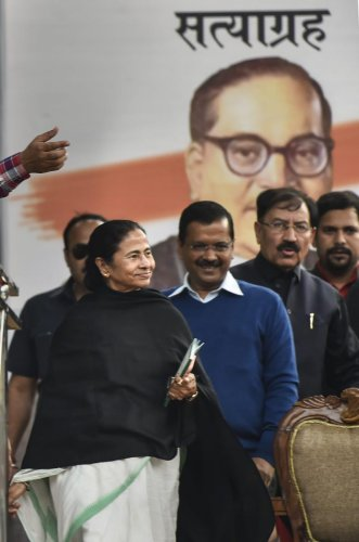 West Bengal Chief Minister Mamata Banerjee and Delhi CM and AAP chief Arvind Kejriwal during AAP's 'Tanashahi Hatao, Desh Bachao' (Remove Dictatorship, Save Country) rally at Jantar Mantar on Wednesday. (PTI File Photo)