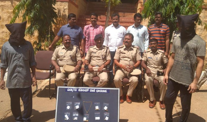 The two Bangladeshi dacoits with the police in Dharwad on Tuesday. DH Photo