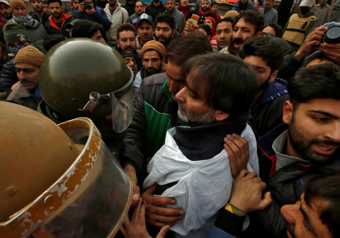 FILE PHOTO: Indian police officers try to detain Mohammad Yasin Malik, Chairman of Jammu Kashmir Liberation Front (JKLF), a separatist party, during a protest march in Srinagar December 17, 2018. REUTERS/Danish Ismail/File Photo