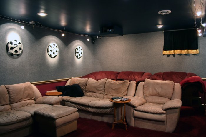 An acoustically treated home theatre room. Picture credit: commons.wikimedia.org/ Tysto