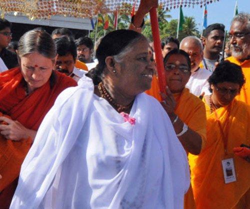 Kerala leaders break silence over book on Amritanandamayi