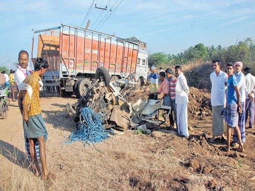 12 killed as truck rams auto in Chitradurga