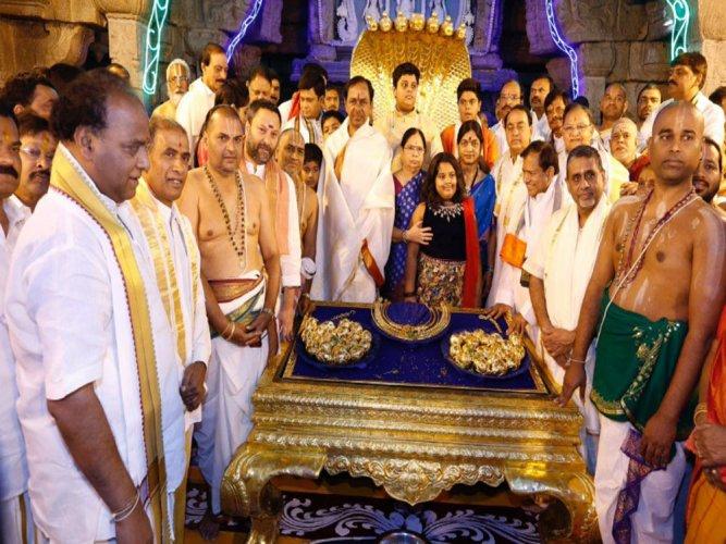 Oppn slams KCR's Rs 5 cr gold offer to Lord Venkateswara