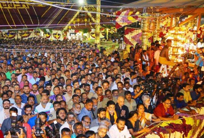 Thousands witness makaravilakku at Sabarimala