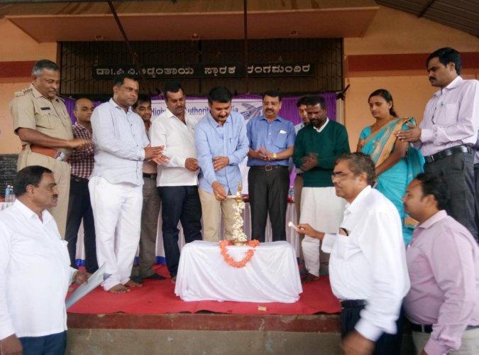 MLC M K Pranesh inaugurates a public meet on Nelyadi-Chitradurga four laning project, at Adyantaya Rangamandira in Mudigere on Friday.