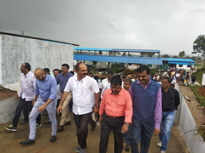 A Chikkaballapur Zilla Panchayat team visits Hulgi-Hosahalli wet and dry waste processing unit in Koppal district.