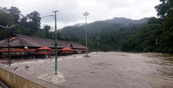 Ayyappa devotees wishing to go to the hill shrine of Sabarimala for the Onam festival have been advised by authorities not to go there as flood waters in the Pampa river at the foothills has not receded.