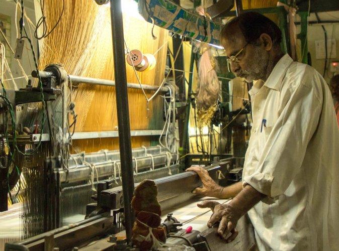 A silk weaver at a unit in Chickpet. DH Photo/Prarthan D R