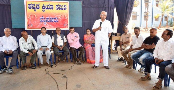 President of Kannada Kriya Samiti P Mallesh addresses a gathering at the 'Chintana Sabhe' held at Mysuru on Sunday. Writer K S Bhagawan, Journalist Basavaraj, General Secretary of Kannada Kriya Samiti S R Sudarshan and others are seen. DH photo.