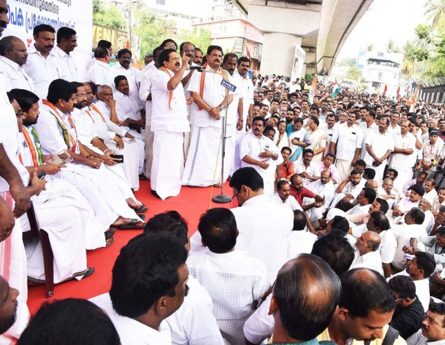 Kerala leaders court arrest over note ban