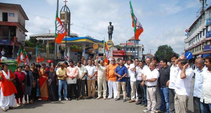 BJP and Vishwa Hindu Parishad leaders protest at General Thimayya Circle in Madikeri on Tuesday against the Kerala government.