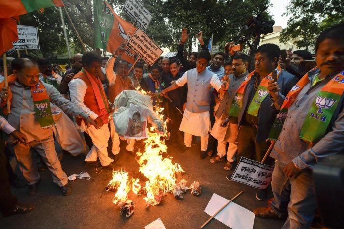 New Delhi: BJP workers stage a protest against Kerala Chief Minister Pinarayi Vijayan over alleged misconduct of the state police with a Union minister Pon Radhakrishnan at Sabarimala, outside the Kerala House in New Delhi, Nov 23, 2018. (PTI Photo/Ravi C