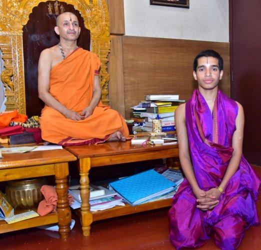 Paryaya Palimaru Mutt pontiff Sri Vidhyadheesha Theertha Swami along Shailesh Upadhyaya.