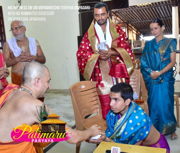 Shailesh Upadhyaya receives blessings from Vidyadheesha Teertha. Photo / Palimaru Matha