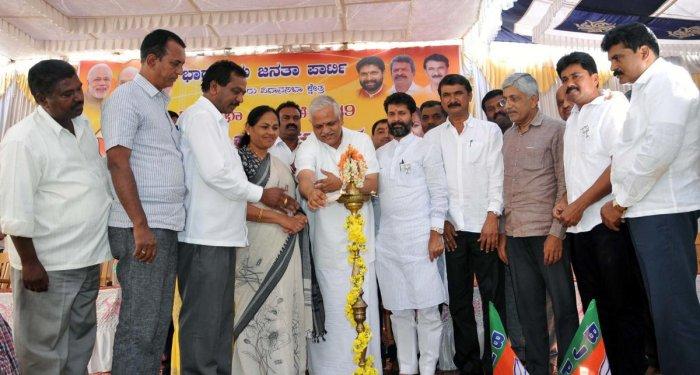 BJP National Committee organising secretary B L Santhosh inaugurates the workers' meet in Chikkamagaluru on Thursday. Shobha Karandlaje, C T Ravi, M K Pranesh, K Jayaprakash Hegde, Kote Ranganath, Hirigaiah and H D Thammaiah look on.