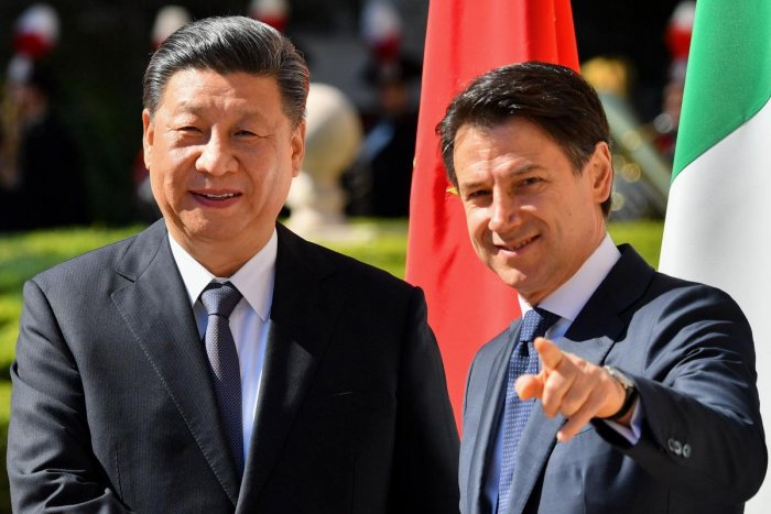 Italy's Prime Minister Giuseppe Conte (R) greets China's President Xi Jinping during their meeting at Villa Madama in Rome on March 23, 2019. AFP