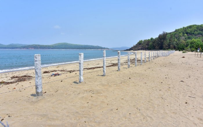 A businessman has cordoned off the entire stretch of Heaven Beach near his resort in Kumta taluk of Uttara Kannada district. The fence prevents fisherfolk and other local communities from accessing the sea. dh photo/Govindaraj Javali