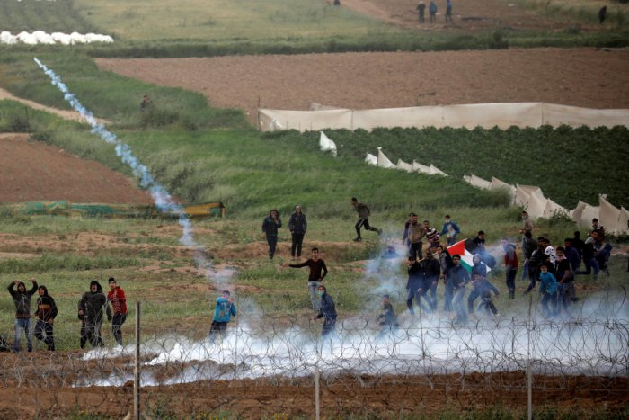 Palestinian protestors clash with Israeli soldiers over the border fence between Israel and the Gaza Strip. (Reuters Photo)