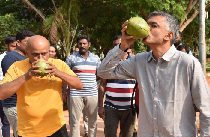 Bengaluru North Congress candidate Krishna Byre Gowda (right) takes a break from campaigning at the Rachenahalli Lake in Bengaluru on Tuesday. DH photo