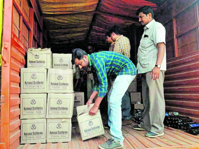 Excise Department officials seized liquor which was being transported to Wayanad in Kerala.
